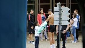 Ronaldo despe camisola para dar ao filho