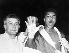 Muhammad Ali prevê que vai a quinta ronda antes da luta com Henry Cooper no Estádio de Wembley, em Londres, a 18 de junho de 1963