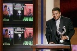 Muhammad Ali recebe o prémio de 'Personalidade Desportiva do Século XX', atribuído pela Sports Illustrated e BBC em 1999