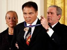 Muhammad Ali recebe a presidencial Medalha da Liberdade, a mais alta distinção atribuída a um civil nos Estados Unidos