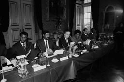 O então Secretário de Estado, Pedro Santana Lopes a assinar o acordo ortográfico com representantes dos PALOP, em dezembro de 1990