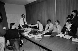 Cavaco Silva com a sua equipa assiste ao desenrolar da Guerra do Golfo no centro de crise instalado no bunker de São Bento