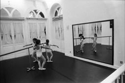 Aula de ballet no Centro Cultural de Algés, no Palácio dos Anjos