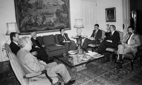 Cavaco Silva com os ministros Fernando Nogueira e Deus Pinheiro recebe os líderes partidários Jorge Sampaio (PS), Álvaro Cunhal (PCP), Hermínio Loureiro (PRD) e Freitas do Amaral (CDS) para abordar a posição de Portugal na Guerra do Golfo