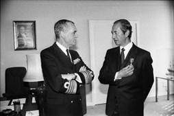 O Almirante Chefe do Estado Maior da Armada, Fuzeta da Ponte, condecora o empresário macaense Stanley Ho