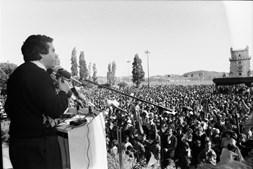 Torres Couto, secretário geral da UGT discursa durante o comício junto à Torre de Belém (1991)
