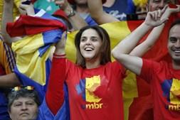 Com arbitragem do húngaro Viktor Kassai, gauleses e romenos vão participar no primeiro dos 51 jogos da fase final do maior Europeu da história