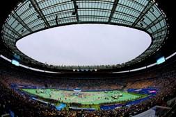 Milhares de pessoas encheram as bancadas do Stade de France, localizado nos arredores de Paris