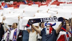 O francês Olivier Giroud deu esta sexta-feira o pontapé de saída na fase final do Europeu 2016, no Stade de France