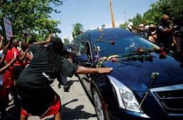 Fã do campeão toca no carro fúnebre à sua passagem