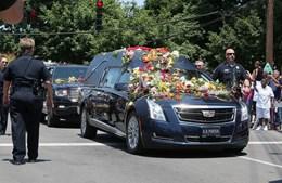 Carro funerário coberto de flores