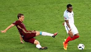 Danny Rose, da Inglaterra, disputa a bola com Aleksandr Kokorin