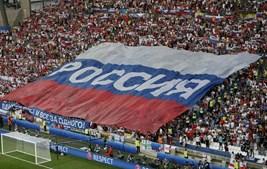 Adeptos russos mostram bandeira antes do apito inicial