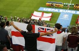 Adepto inglês canta o hino com a bandeira em riste