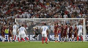 Eric Dyer, ex-jogador do Sporting, fez o 1-0 para a Inglaterra com um remate exímio de livre direto