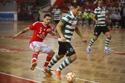 Fortino passa pelo jogador do Benfica Bruno Coelho