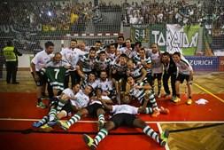 Os jogadores do Sporting celebram a conquista da Liga Nacional de Futsal