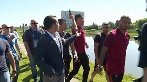 Quando questionado se a seleção está preparada para o jogo frente à Hungria, Ronaldo tira o microfone da mão do jornalista e atira-o ao lago