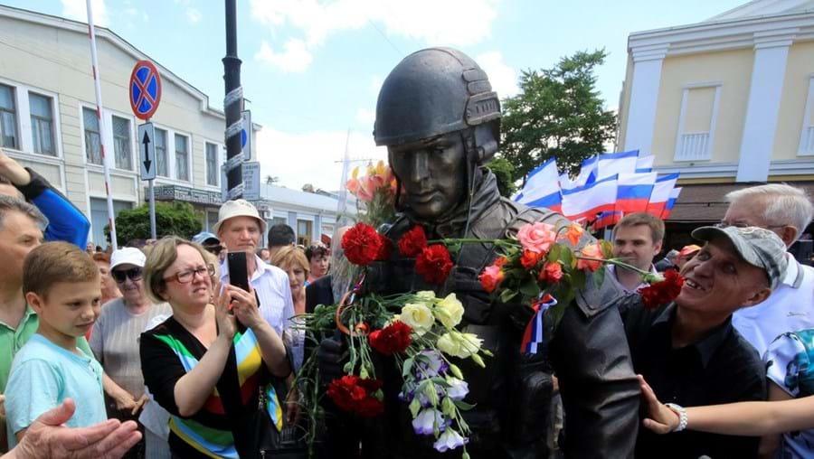 A estátua de bronze representa um soldado russo totalmente equipado, com uma Kalashnikov ao ombro