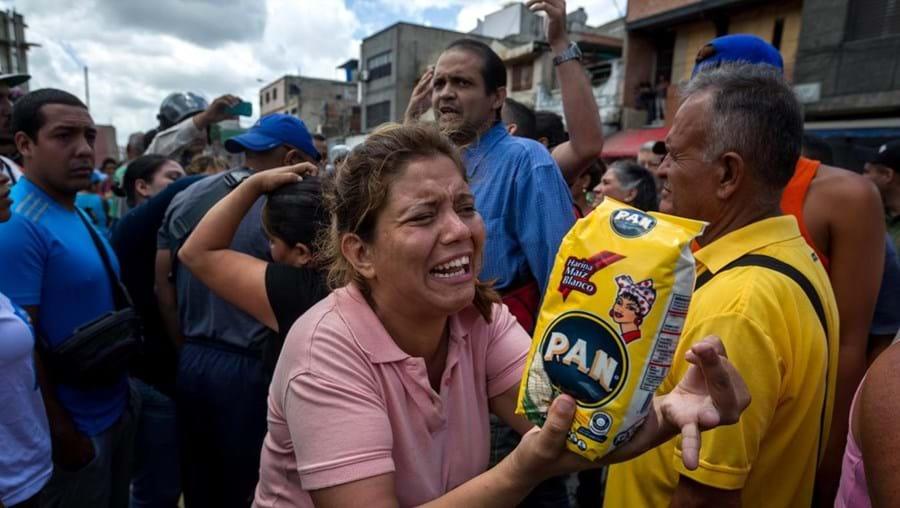 """Cidadãos esperaram um dia inteiro numa fila para conseguirem comprar """"um quilograma de farinha por pessoa"""""""