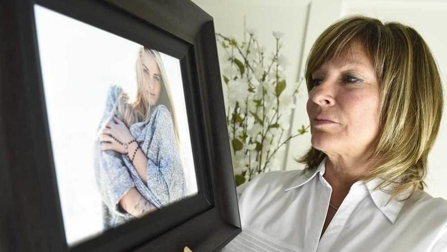 Micheline Ducré mostra uma imagem da filha que morreu em 2012