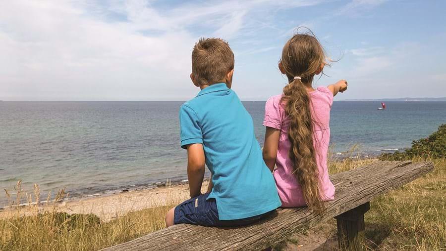 Durante uma brincadeira de namorados, duas crianças trocaram carícias de adultos. Mãe da menina descobriu e fez queixa na GNR