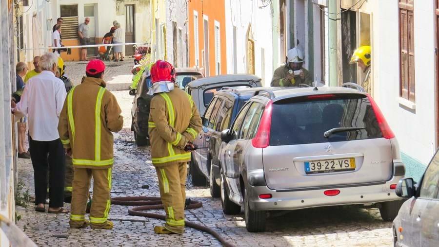 Bombeiros combateram o incêndio em carro e casa na rua António Barbudo, localizada na zona antiga da cidade