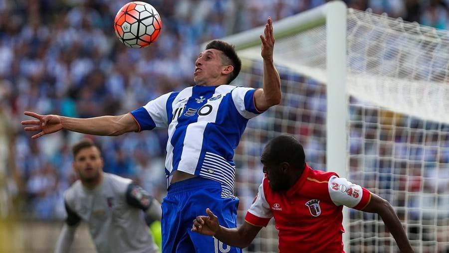 Herrera  (ao meio) é um dos jogadores mais cobiçados do FC Porto