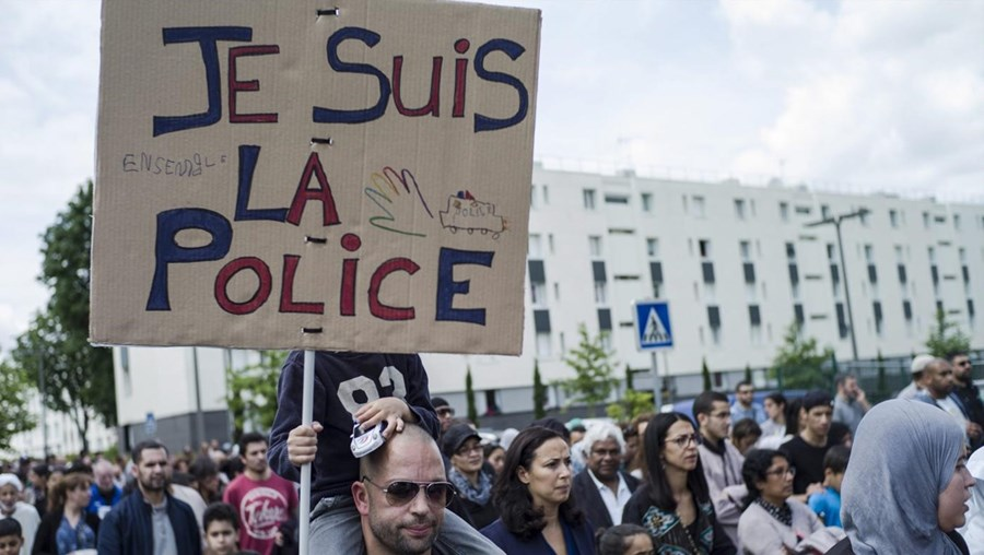 Segundo a polícia, cerca de 2.500 pessoas participaram na manifestação, mas os organizadores falam em 4.000 a 5.000 participantes