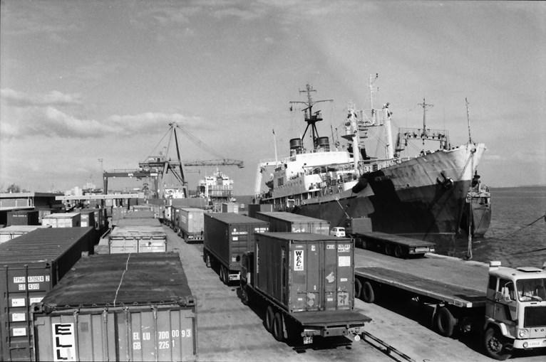 Greve no porto de Lisboa provoca engarrafamento de camiões que carregam contentores