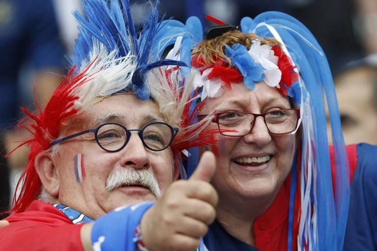 A alegria dos adeptos franceses durante o duelo inaugural da prova diante da Roménia