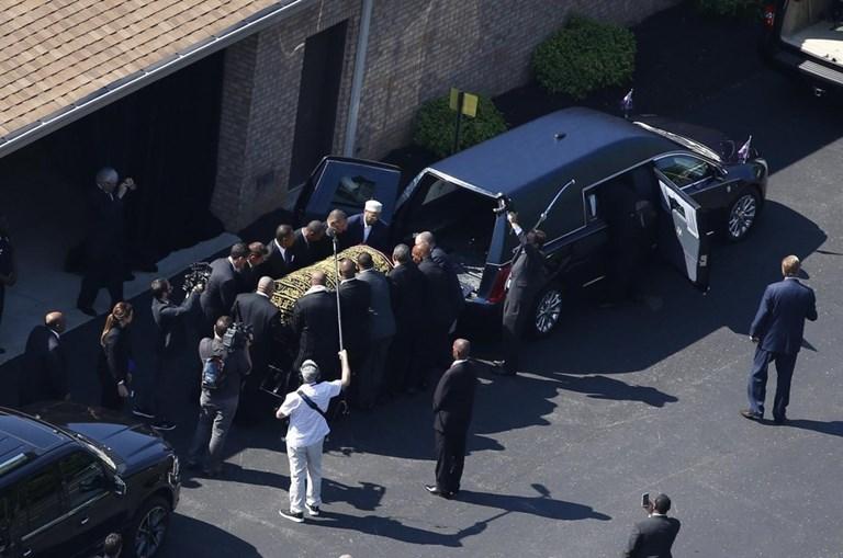 Caixão de Ali a ser retirado do carro funerário