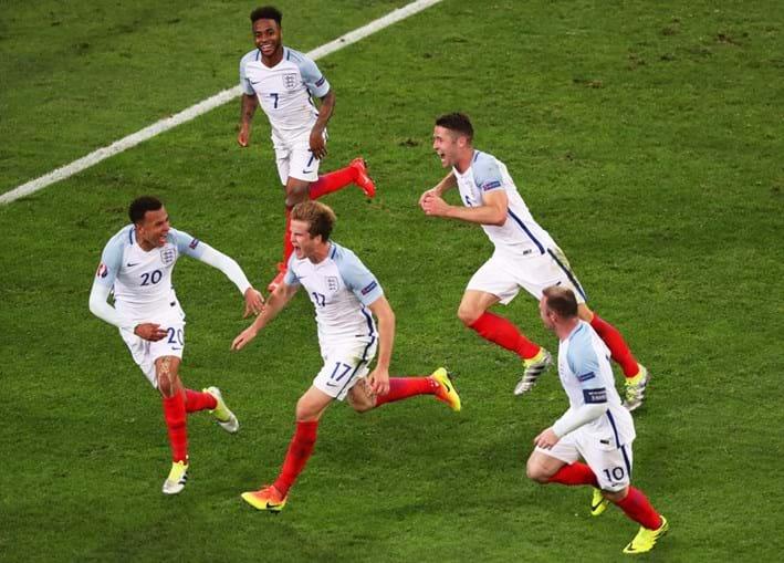 Jogadores de Inglaterra celebram o golo de Eric Dyer (ao centro)