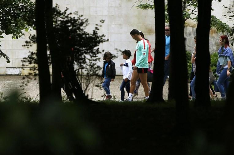 Cristianinho foi visitar o pai, Cristiano Ronaldo, ao centro de treinos da Seleção em Marcoussis, França. A criança pediu a camisola ao craque que, sem hesitar, despiu a camisola para dar ao filho