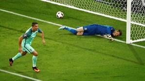 "Cristiano Ronaldo ""apanha"" Platini"