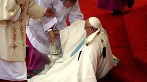 Papa cai durante missa na Polónia