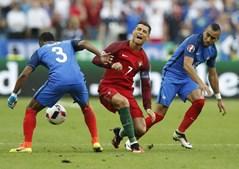 Ronaldo queixa-se após a falta de Payet
