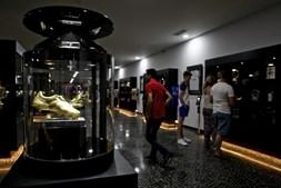 Interior do museu com os prémios conquistados pelo internacional português