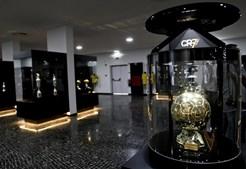 Vista doa prémios, com uma Bola de Ouro em primeiro plano