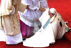Clérigos que co-celebravam a missa ajudaram o sumo pontífice a levantar-se
