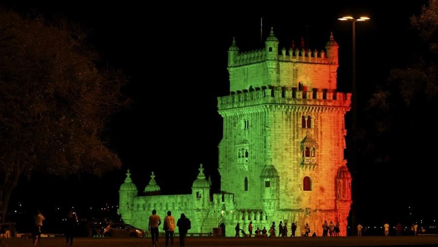 Torre de Belém iluminada com as cores portuguesas