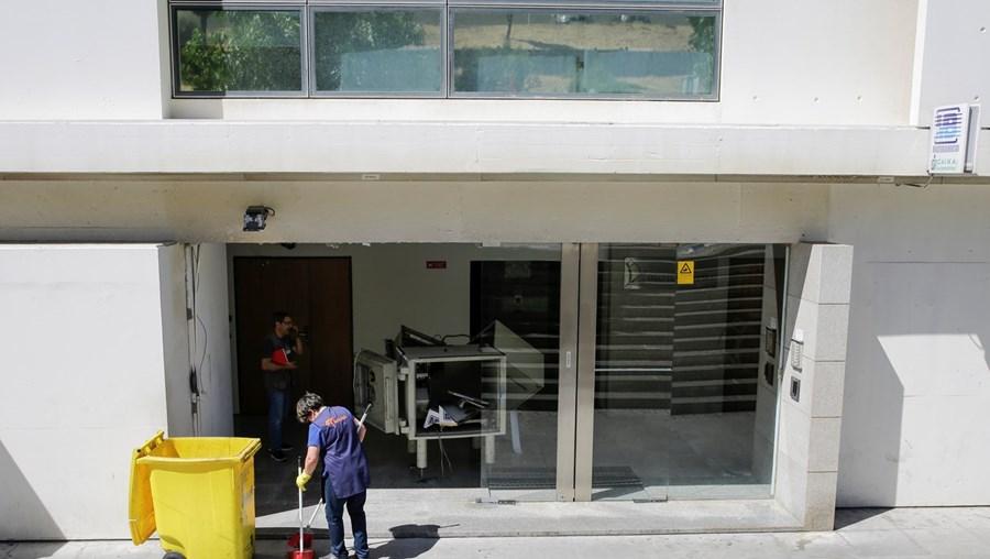 Átrio do edifício de Algés ficou danificado e a caixa completamente aberta