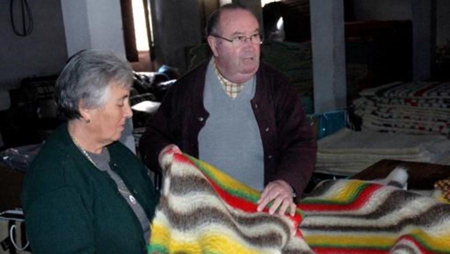 José Pires Freire, com a sua esposa, empresários têxteis da região da Guarda são os últimos do sector a produzir o cobertor de papa