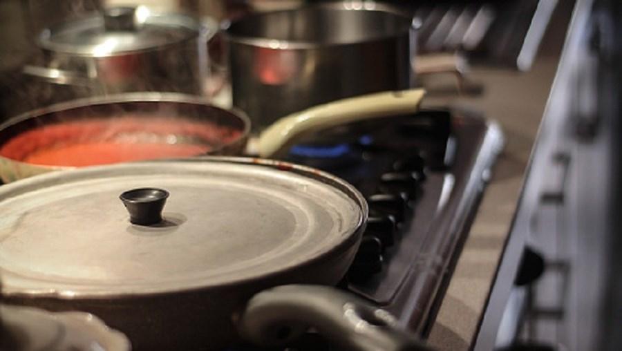Homem cozinhou cabeças do casal no fogão de casa