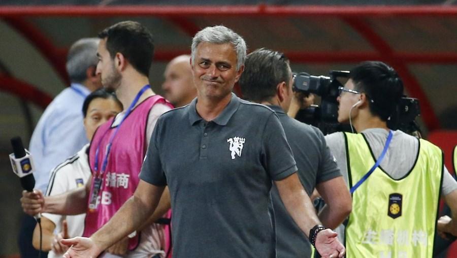 José Mourinho sem razões para sorrir após a pesada derrota que o Manchester United sofreu aos pés do Borussia Dortmund