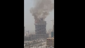 Incêndio destrói torre em construção no Dubai