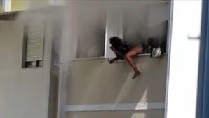 Três pessoas encurraladas pelo fumo em prédio