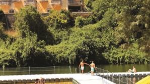 Crianças encontram corpo a boiar no rio