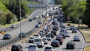 Colisão com três carros provoca longas filas na 2ª Circular