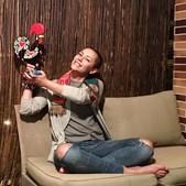 A atriz posa com o galo de Barcelos para apoiar a seleção nacional